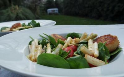 Spinatsalat mit Spargel und Ziegenkäse