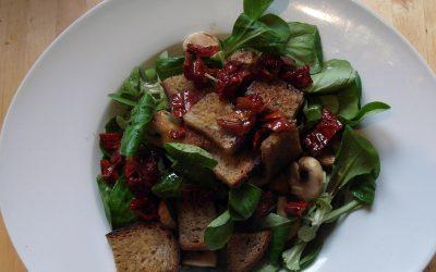 Feldsalat mit Brotchips und gebratenen Champignons