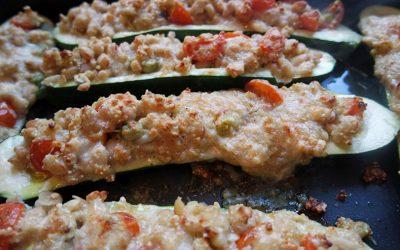 Gefüllte Zucchini mit Quinoa, Bohnen und Mandeln