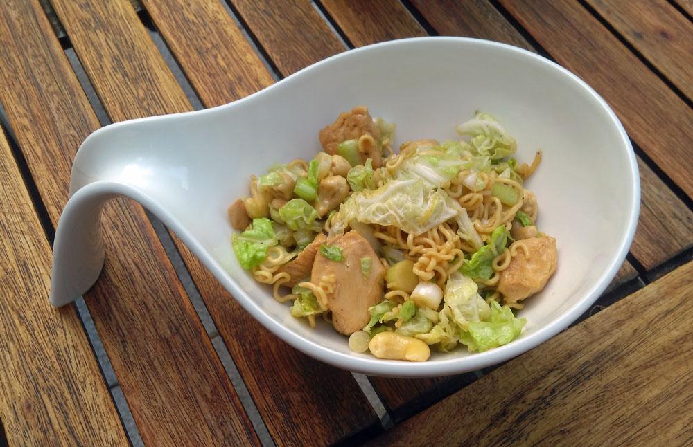 Asiatischer Nudelsalat mit Chinakohl und Hühnchen