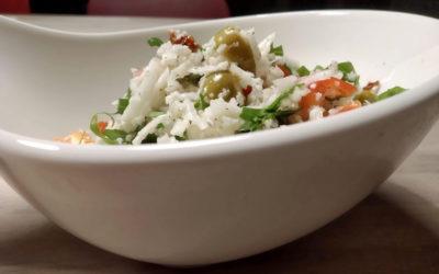 Roher Blumenkohlsalat mit Rucola, Paprika und Oliven