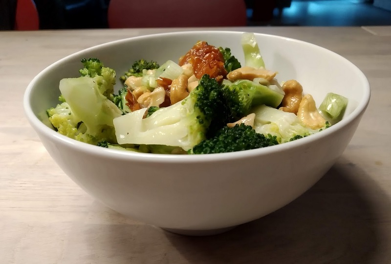 Brokkolisalat mit Tomaten und Cashewnüssen