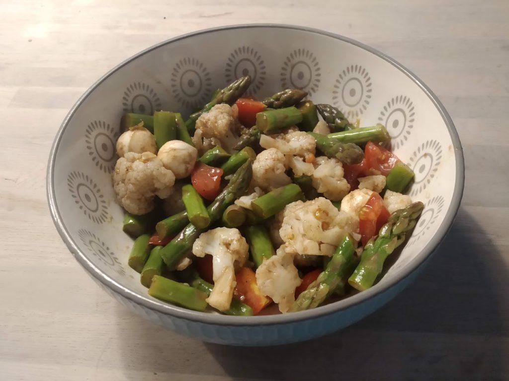 Salat aus Spargel, Blumenkohl und Tomaten