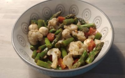 Spargel-Blumenkohl-Salat mit Tomate und Mozzarella