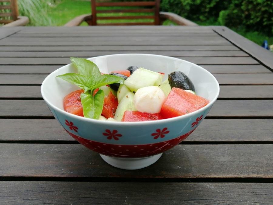 Melonensalat mit Mozzarella und Oliven